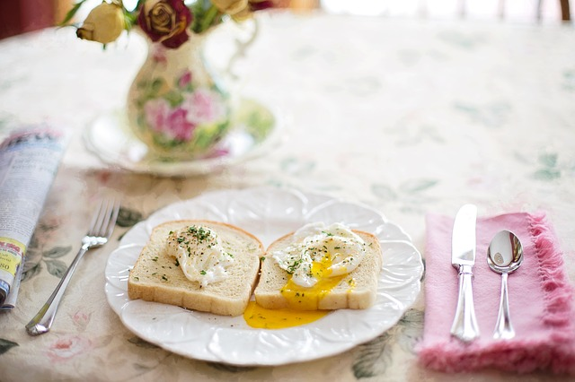 Pochiertes Ei auf Toast