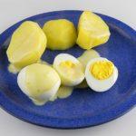 Gekochte Eier in Mostrichsoße